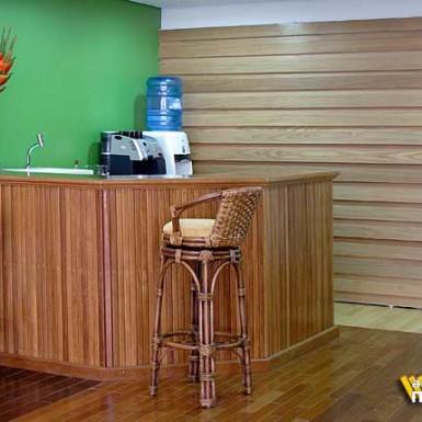 balcao em madeira + painel de madeira