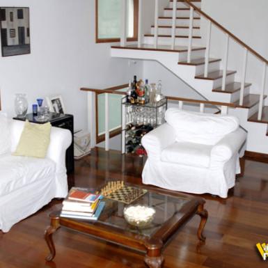 casa com piso de madeira pronto