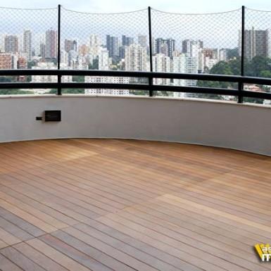 deck de madeira em varanda
