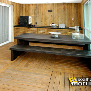 revestimento de parede mais deck de madeira em varanda